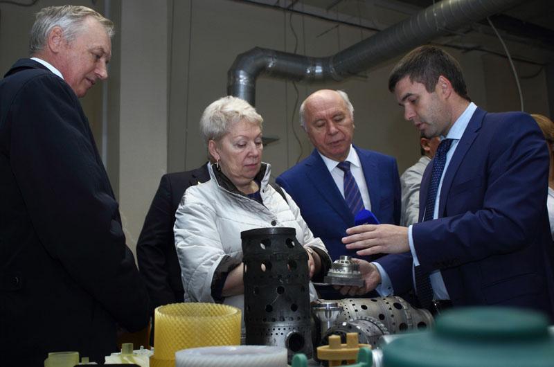 Пример успешного опыта кооперации «вуз-предприятие» Евгений Шахматов представил министру образования РФ Ольге Васильевой, посетившей вуз