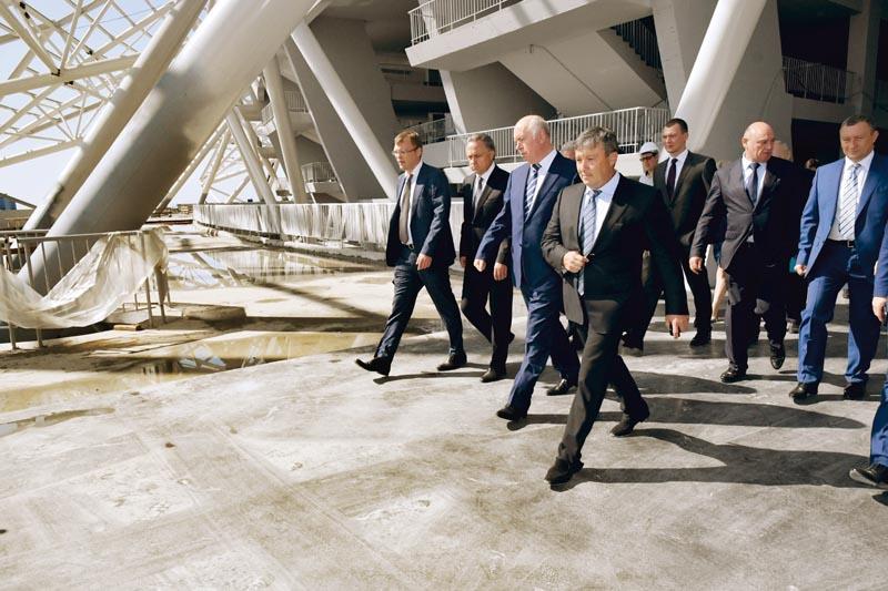 Виталий Мутко, заместитель председателя правительства РФ: - В Самаре реализуется масштабная программа по подготовке к чемпионату мира по футболу. Здесь очень много объектов, которые включены в федеральную программу. Также огромный объем работ реализует сам регион. В целом я оцениваю ход работ, конечно, положительно.