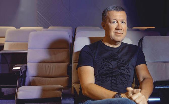 О том, что такое тольяттинский кинематограф, как большое кино теперь можно делать в своем городе, не уезжая в столицы, и почему именно кино станет новым драйвером развития Самарской области, «Первому» рассказал один из создателей Центра Российской кинематографии в Тольятти, кинорежиссер Роман Каргаполов.